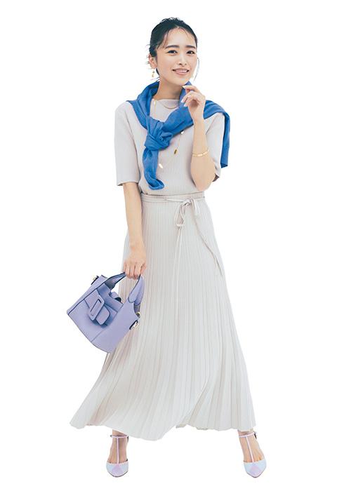 白トップス×白プリーツスカート×ブルーニット