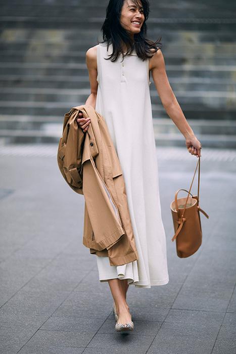 白ポロシャツワンピース×トレンチコート