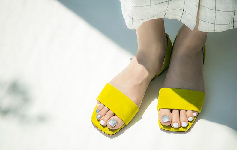 メタリックシルバーの輝きで涼し気な足元へ