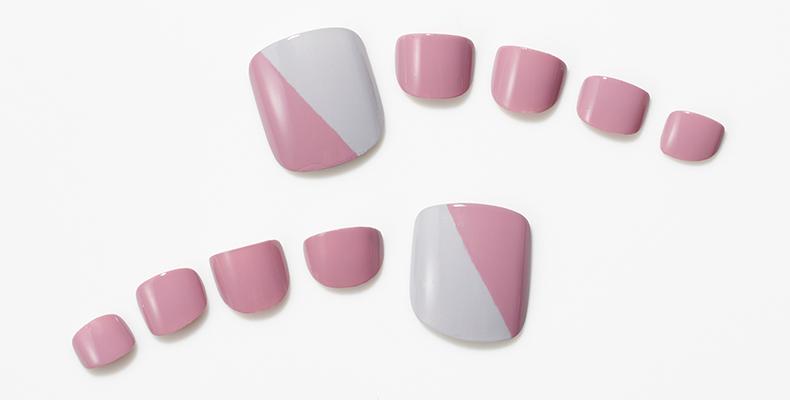 くすみピンク×グレーの2色ネイルで軽やかに